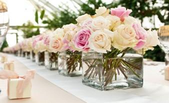 прекрасные живые цветы на столе