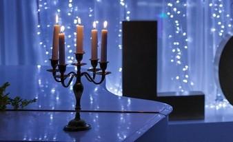 душевный канделябр со свечами