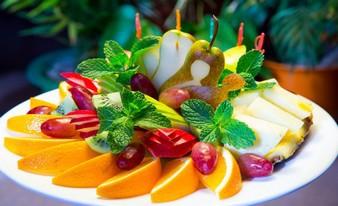 превосходные конфеты «Рафаэлло» и виноград