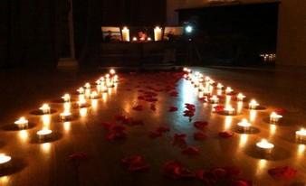 неожиданный проход из свечей и лепестков роз