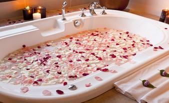 неожиданные лепестки в ванной
